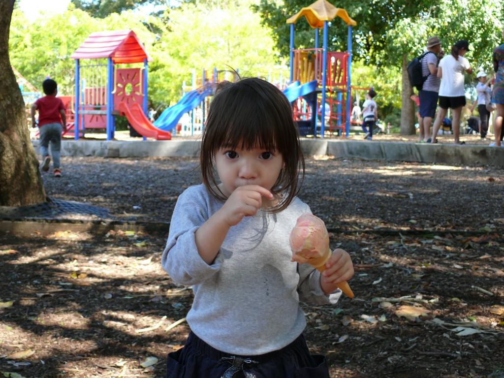 A nagyszemű kislány és a fagylalt.